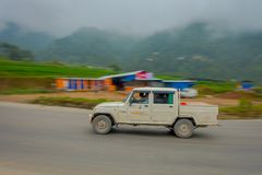 POKHARA, НЕПАЛ 10-ОЕ ОКТЯБРЯ 2017: Неопознанный человек управляя его автомобилем на дороге в улицах расположенных в Pokhara, Непа Стоковая Фотография