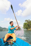 POKHARA, НЕПАЛ - 29-ОЕ ОКТЯБРЯ 2011: Строка лодочника шлюпка на озере Phewa в Pokhara Phewa Tal или озеро Fewa пресноводное озеро стоковые фото