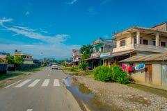 POKHARA, НЕПАЛ 10-ОЕ ОКТЯБРЯ 2017: Улица с некоторыми старыми зданиями в городке Sauraha, Непал мостоваой Стоковые Фотографии RF