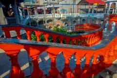 POKHARA, НЕПАЛ 10-ОЕ ОКТЯБРЯ 2017: Dowstairs неопознанных людей идя и вверх внутри Gupteshwor Mahadev, Непала Стоковые Изображения RF