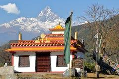 POKHARA, НЕПАЛ - 10-ОЕ ЯНВАРЯ 2015: Висок гуру Maha шатии Tashi тибетца с пиком Machapuchare на заднем плане около Pokhara Стоковое Изображение