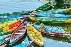 Весельные лодки на озере в Pokhara, Непале Стоковые Изображения RF
