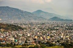 Pokhara, arquitetura da cidade de Nepal com montanhas atrás imagem de stock