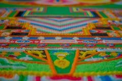 POKHARA, NÉPAL - 6 OCTOBRE 2017 : Fermez-vous d'une structure découpée faite main typique détaillée et colorée dans la terre de Photo stock