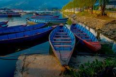 Pokhara, Népal - 4 septembre 2017 : Belle vue des bateaux bleus au bord du lac dans la ville de Pokhara, Népal Images libres de droits