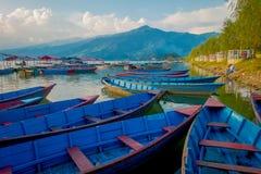 Pokhara, Népal - 4 septembre 2017 : Belle vue des bateaux bleus au bord du lac dans la ville de Pokhara, Népal Photographie stock libre de droits