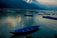 Pokhara, Népal - 4 septembre 2017 : Belle vue des bateaux bleus au bord du lac dans la ville de Pokhara, Népal Photographie stock