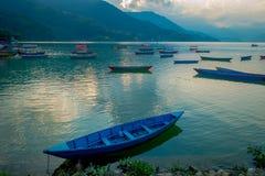 Pokhara, Népal - 4 septembre 2017 : Belle vue des bateaux bleus au bord du lac dans la ville de Pokhara, Népal Images stock