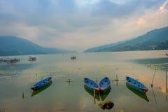 Pokhara, Népal - 4 septembre 2017 : Belle vue des bateaux bleus dans le lac dans la ville de Pokhara, Népal Images stock