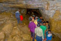 Pokhara, Népal - 12 septembre 2017 : Groupe de personnes non identifié marchant et prenant des photos à l'intérieur de la caverne Images stock