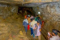 Pokhara, Népal - 12 septembre 2017 : Groupe de personnes non identifié marchant et prenant des photos à l'intérieur de la caverne Photos stock