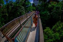 Pokhara, Népal - 12 septembre 2017 : Personnes d'Unidenfied marchant au-dessus du long pont accrochant en métal au-dessus de la r Photos stock