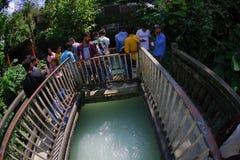 Pokhara, Népal - 12 septembre 2017 : Personnes d'Unidenfied marchant au-dessus du long pont accrochant en métal au-dessus de la r Image stock