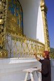 POKHARA, NEPAL ï ¿½ 20 de mayo: el monje no identificado pinta el mundo Peac Imágenes de archivo libres de regalías