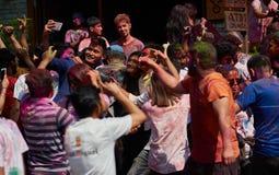 Pokhara, Nepal - 12 APRILE 2019: La gente durante il festival dei colori Holi Pokhara fotografia stock libera da diritti