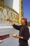 POKHARA, NEPAL ? 20 DE MAYO: el monje no identificado pinta el mundo Peac Foto de archivo libre de regalías