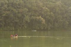 Pokhara, Nepal - 20 de noviembre de 2015: Los turistas reman en un barco a través del lago Phewa fotos de archivo libres de regalías