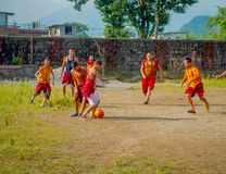 POKHARA, NEPAL - 6 DE OCTUBRE DE 2017: Adolescente no identificado del monje budista que juega a fútbol en el monasterio de Sakya Fotografía de archivo