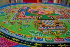 POKHARA, NEPAL - 6 DE OCTUBRE DE 2017: Ciérrese para arriba de la colección de piso tallado tradicional típico colorido, interior Fotografía de archivo libre de regalías