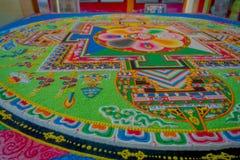 POKHARA, NEPAL - 6 DE OCTUBRE DE 2017: Ciérrese para arriba de la colección de piso tallado tradicional típico colorido, interior Imágenes de archivo libres de regalías