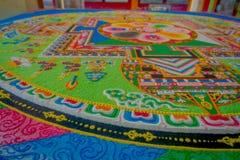 POKHARA, NEPAL - 6 DE OCTUBRE DE 2017: Ciérrese para arriba de la colección de piso tallado tradicional típico colorido, interior Fotos de archivo