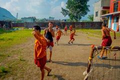 POKHARA, NEPAL - 6 DE OCTUBRE DE 2017: Grupo no identificado de adolescentes del monje budista que juegan a fútbol en el aire lib Fotografía de archivo