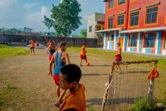 POKHARA, NEPAL - 6 DE OCTUBRE DE 2017: Grupo no identificado de adolescentes del monje budista que juegan a fútbol en el aire lib Fotos de archivo libres de regalías