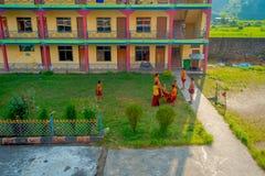 POKHARA, NEPAL - 6 DE OCTUBRE DE 2017: Opinión aérea los adolescentes no identificados de los monjes budistas que juegan a fútbol Fotografía de archivo