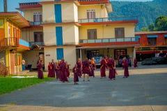 POKHARA, NEPAL - 6 DE OCTUBRE DE 2017: Opinión al aire libre los adolescentes no identificados del monje budista que disfrutan de Imagen de archivo libre de regalías