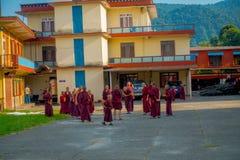 POKHARA, NEPAL - 6 DE OCTUBRE DE 2017: Opinión al aire libre los adolescentes no identificados del monje budista que disfrutan de Fotos de archivo libres de regalías