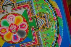 POKHARA, NEPAL - 6 DE OCTUBRE DE 2017: Vista superior de la colección de piso tallado tradicional típico colorido, interior nepal Fotografía de archivo libre de regalías