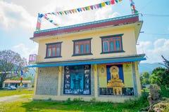 POKHARA, NEPAL - 6 DE OUTUBRO DE 2017: Vista exterior da construção da sala da mostra do tapete da comunidade em Kathmandu Nepal fotos de stock royalty free