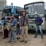 POKHARA, NEPAL, EL 30 DE NOVIEMBRE DE 2013. AUTOSTATION. LOS TURISTAS SON WA Imagenes de archivo