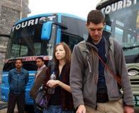 POKHARA, NEPAL, EL 30 DE NOVIEMBRE DE 2013, TÉRMINO DE AUTOBUSES. LOS TURISTAS SON W Imagen de archivo