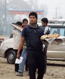 POKHARA, NEPAL, EL 30 DE NOVIEMBRE DE 2013. UN HOMBRE JOVEN VA CON BAKI Imagenes de archivo