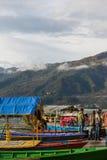 POKHARA, NEPAL - FEBRERO 17,2013: Viaje turístico no identificado en el pH imágenes de archivo libres de regalías