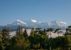 POKHARA, NEPAL: Het Himalayagebergte, het Noorden van Annapurna op de achtergrond van blauwe hemel royalty-vrije stock foto