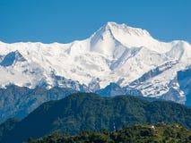 POKHARA, NEPAL: Het Himalayagebergte, het Noorden van Annapurna op de achtergrond van blauwe hemel royalty-vrije stock afbeeldingen