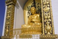 POKHARA, NEPAL, IL 20 MAGGIO: Oro Buddha dalla pagoda di pace di mondo immagini stock