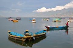 POKHARA, NEPAL - 3. JANUAR 2015: Bunte Ruderboote auf dem Phewa See Stockfotos