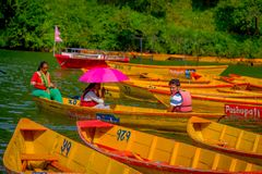 POKHARA NEPAL, LISTOPAD, - 04, 2017: Niezidentyfikowana grupa ludzi paddling łodzie w jeziorze z Begnas jeziorem wewnątrz przy Zdjęcie Royalty Free