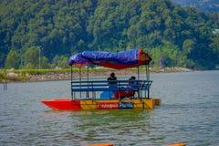 POKHARA NEPAL, LISTOPAD, - 04, 2017: Niezidentyfikowani ludzie cieszy się wycieczkę nad łodzią przy Begnas jeziorem w Pokhara, Ne Zdjęcia Royalty Free