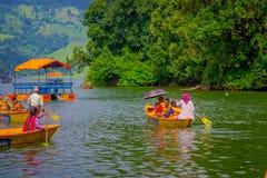 POKHARA NEPAL, LISTOPAD, - 04, 2017: Niezidentyfikowani ludzie paddling łodzie w jeziorze z Begnas jeziorem w Pokhara przy Zdjęcia Royalty Free