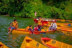 POKHARA NEPAL, LISTOPAD, - 04, 2017: Rodzina paddling łodzie w jeziorze z Begnas jeziorem w Pokhara przy, Nepal Obrazy Royalty Free