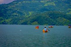 POKHARA NEPAL, LISTOPAD, - 04, 2017: Rodzinny cieszyć się piękny dzień nad żółtą łodzią przy Begnas jeziorem w Pokhara Zdjęcie Stock
