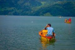 POKHARA NEPAL, LISTOPAD, - 04, 2017: Rodzinny cieszyć się piękny dzień nad żółtą łodzią przy Begnas jeziorem w Pokhara Obraz Royalty Free