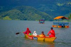 POKHARA NEPAL, LISTOPAD, - 04, 2017: Wspaniały rodzinny cieszyć się piękny dzień nad żółtą łodzią przy Begnas jeziorem wewnątrz Obraz Stock