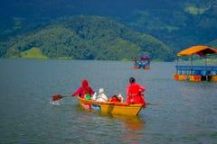 POKHARA NEPAL, LISTOPAD, - 04, 2017: Wspaniały rodzinny cieszyć się piękny dzień nad żółtą łodzią przy Begnas jeziorem wewnątrz Zdjęcie Stock