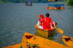 POKHARA NEPAL, LISTOPAD, - 04, 2017: Wspaniały rodzinny cieszyć się piękny dzień nad żółtą łodzią przy Begnas jeziorem wewnątrz Obraz Royalty Free
