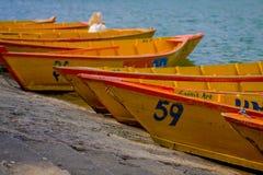 POKHARA NEPAL, LISTOPAD, - 04, 2017: Zamyka up drewniane żółte łodzie z rzędu przy Begnas jeziorem w Pokhara, Nepal Obrazy Stock
